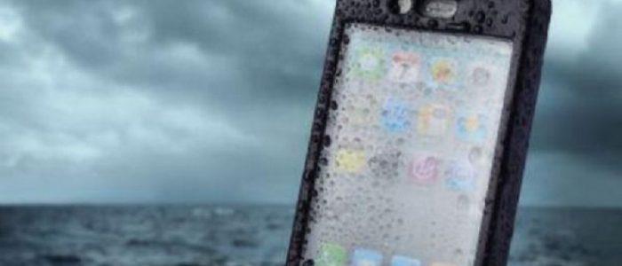 Ce poti face cand iti scapi telefonul in apa?