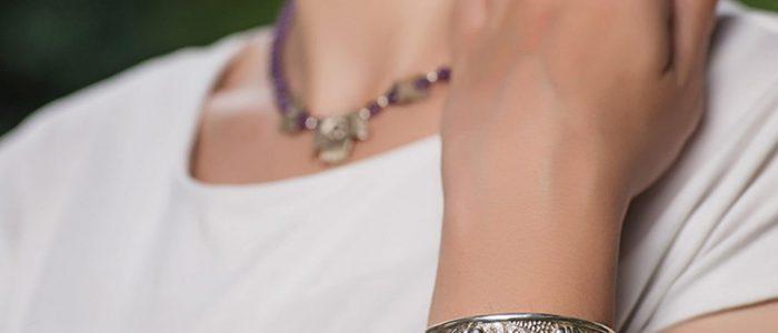 Beneficiile pentru sanatate ale purtarii bijuteriilor din argint Veti fi incantat sa stiti ca exista o multime de beneficii pentru sanatate care vin cu purtarea de bijuterii din argint. Multi dintre noi folosim bijuterii din argint pe care le putem cumpara sau vinde caselor de amanet bijuterii, deoarece este tendinta modei sa purtam astfel de accesorii. Cei mai multi dintre noi nu suntem constienti de beneficiile pe care le pot oferi aceste bijuterii. Am adunat informatii semnificative pentru dvs. si speram ca aceste informatii va vor ajuta cu adevarat sa stiti de ce este benefica purtarea bijuteriilor din argint. Inainte de a prezenta aceste informatii despre beneficiile purtarii bijuteriilor din argint, amintim faptul ca acestea pot fi cumparate de la orice casa de amanet bijuterii, si pot fi vandute oricarei case de amanet bijuterii. Care sunt beneficiile pentru sanatate care vin cu purtarea de bijuterii din argint? Aici, vom discuta despre beneficiul pentru sanatate al purtarii de bijuterii din argint si stiinta din spatele ei. Daca utilizati laptopuri si alte dispozitive electrice, argintul va poate ajuta sa va protejati de radiatiile electromagnetice care vin de la ele. Argintul are proprietatea de a interactiona cu conductivitatea naturala a pielii, astfel incat pielea ta sa ramana ferita de perturbarile electrice, sa extinda circulatia, sa mentina echilibrul de temperatura corporala si sa sporeasca curatenia si imunitatea. Tinand cont de aceste detalii, va puteti indrepta atentia spre diferite tipuri de bijuterii din argint, cum ar fi inele, bratari, cercei, etc. De cateva decenii, argintul a fost utilizat in antibiotice si in procesul de sterilizare. Purtarea bijuteriilor din argint este dovedita in combaterea infectiei si prevenirea raului si gripei si a multor tipuri de bacterii si virusi. Argintul ajuta la extinderea elastica a vaselor de sange. Aceasta afectiune face posibila formarea rapida a oaselor si vindecarea diferitelor parti ale corpului, de la 